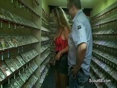 Full amorous video category milf (844 sec). Mutti geht in den Sex-Shop und fickt mit 2 fremden Typen.